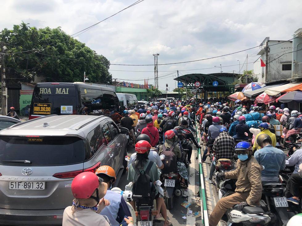 Người dân ùn ùn rời TP.HCM, cao tốc, xa lộ Hà Nội, quốc lộ 1 quá tải - Ảnh 6.