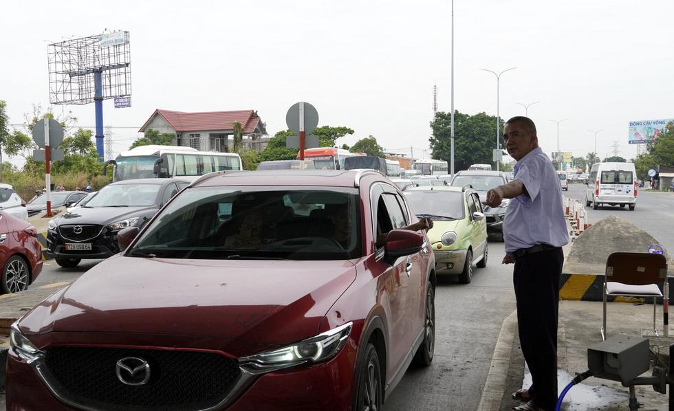 Từ TP.HCM đến Vũng Tàu mất 5 tiếng, quốc lộ 51 phải xả trạm thu phí - Ảnh 1.