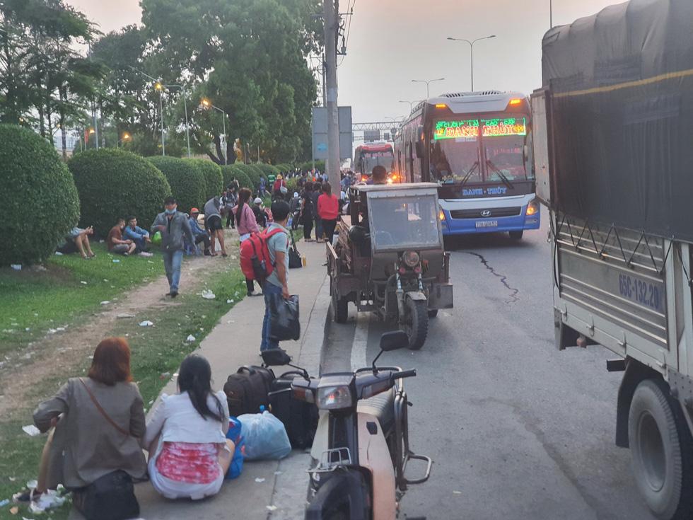 Người dân ùn ùn rời TP.HCM, cao tốc, xa lộ Hà Nội, quốc lộ 1 quá tải - Ảnh 5.