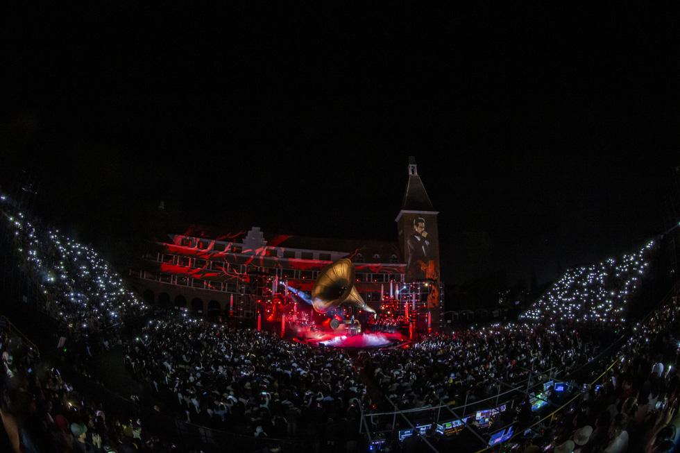 Hà Anh Tuấn khóc trong đêm nhạc The Veston để yêu hơn ngày mai - Ảnh 1.