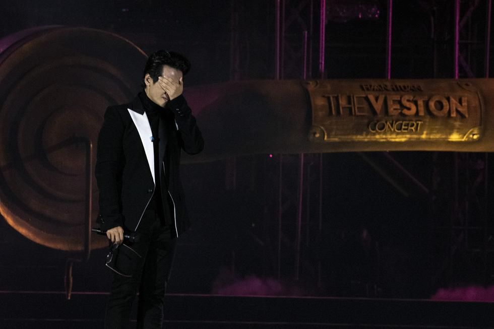 Hà Anh Tuấn khóc trong đêm nhạc The Veston để yêu hơn ngày mai - Ảnh 5.