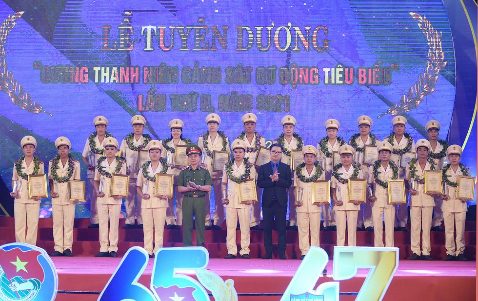 Tuổi trẻ cảnh sát cơ động đón nhận Huân chương Bảo vệ Tổ quốc hạng nhì - Ảnh 3.