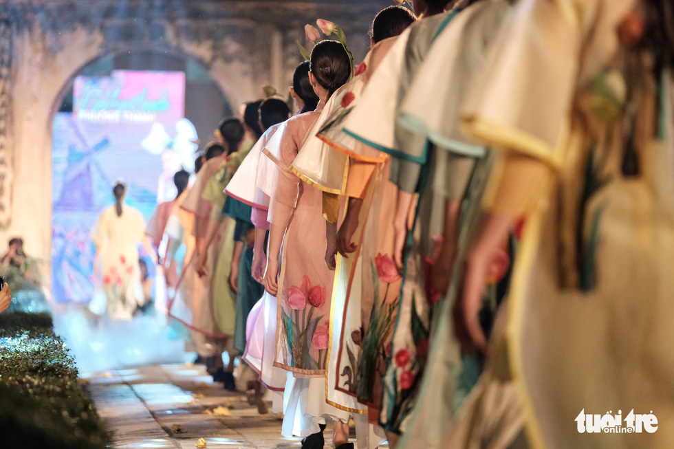 600 bộ áo dài của chúng ta tràn ngập Văn Miếu - Ảnh 7.