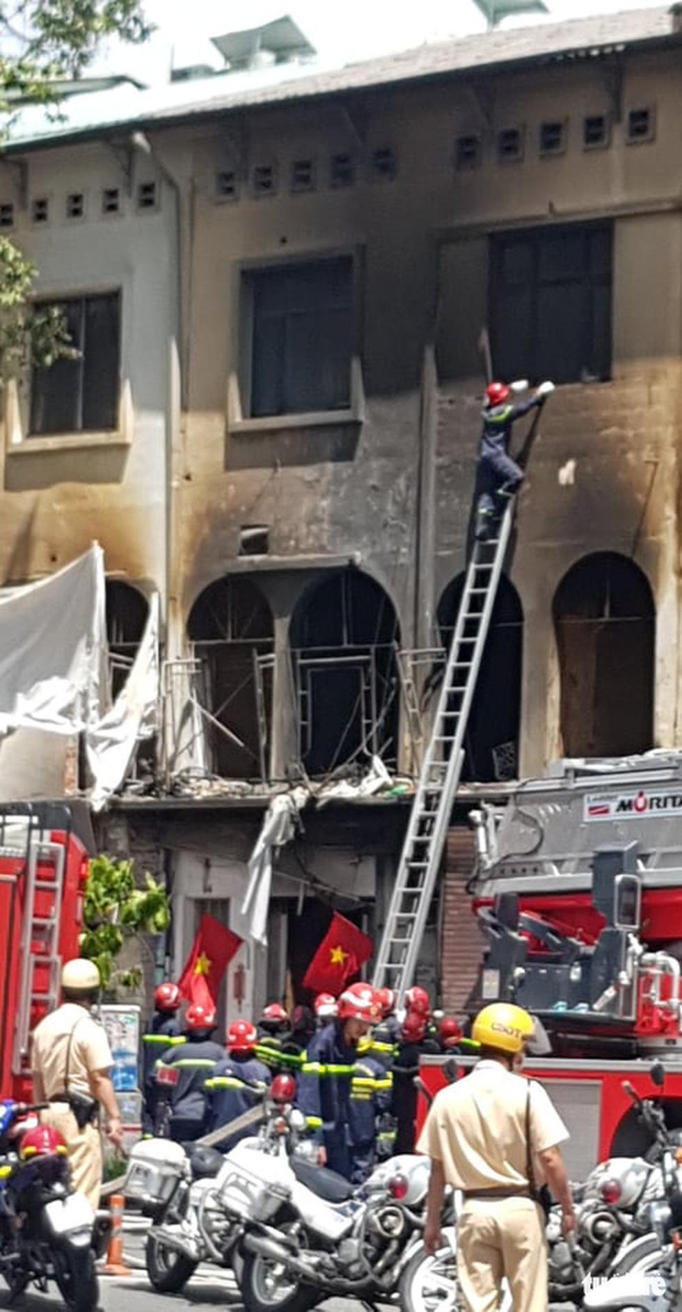 Cháy dãy nhà đang sửa chữa ở trung tâm quận 1, nhiều tài sản bị thiêu rụi - Ảnh 3.