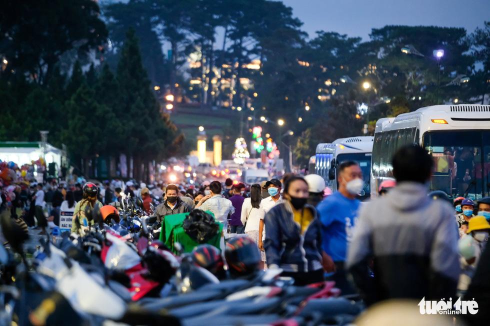 Thác người đổ về chợ đêm Đà Lạt, du khách hốt hoảng - Ảnh 13.