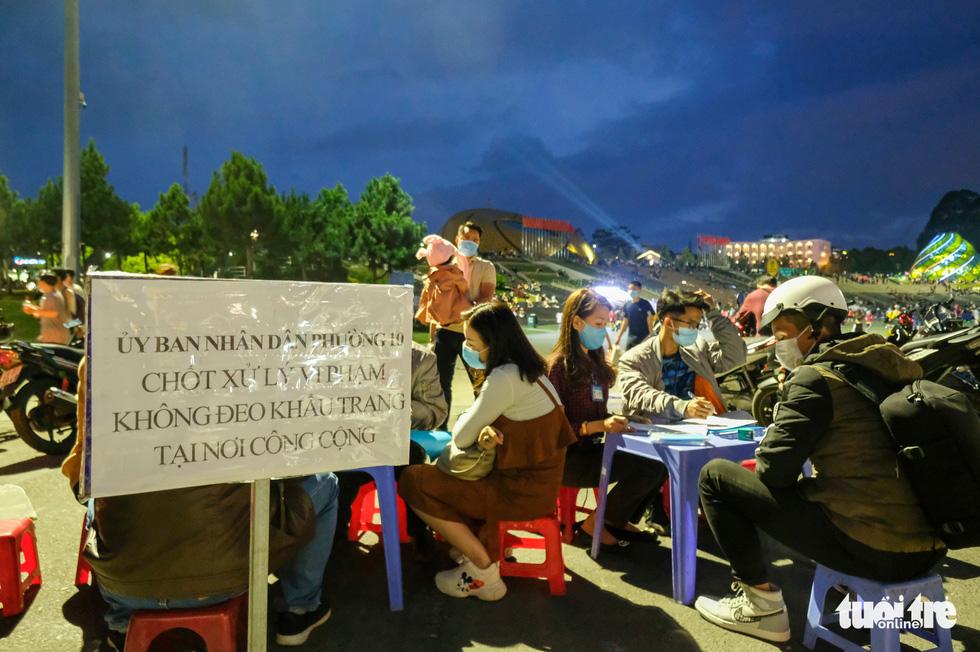 Thác người đổ về chợ đêm Đà Lạt, du khách hốt hoảng - Ảnh 11.