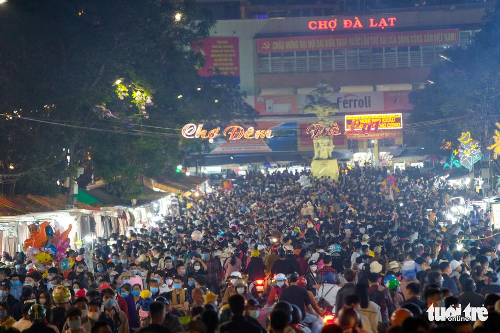 Thác người đổ về chợ đêm Đà Lạt, du khách hốt hoảng - Ảnh 10.