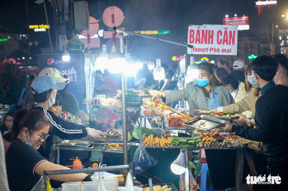 Thác người đổ về chợ đêm Đà Lạt, du khách hốt hoảng - Ảnh 9.