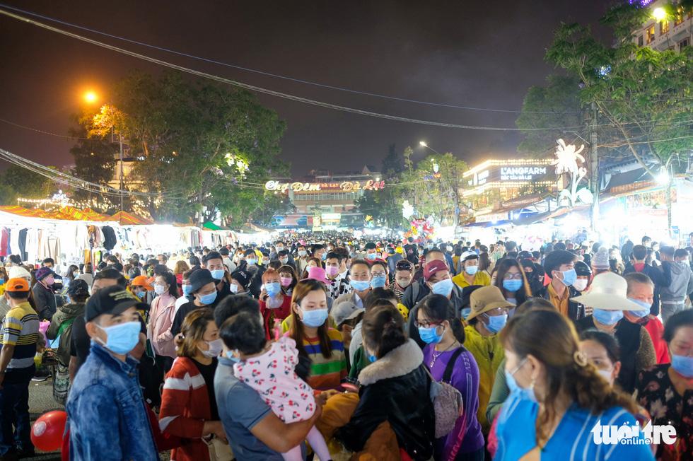 Thác người đổ về chợ đêm Đà Lạt, du khách hốt hoảng - Ảnh 3.