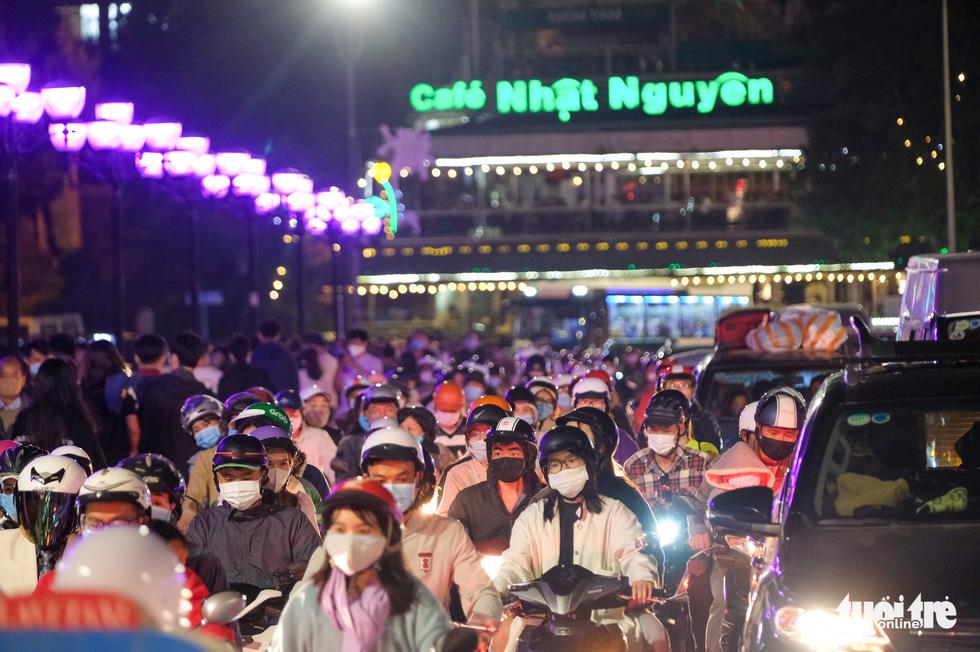 Thác người đổ về chợ đêm Đà Lạt, du khách hốt hoảng - Ảnh 4.