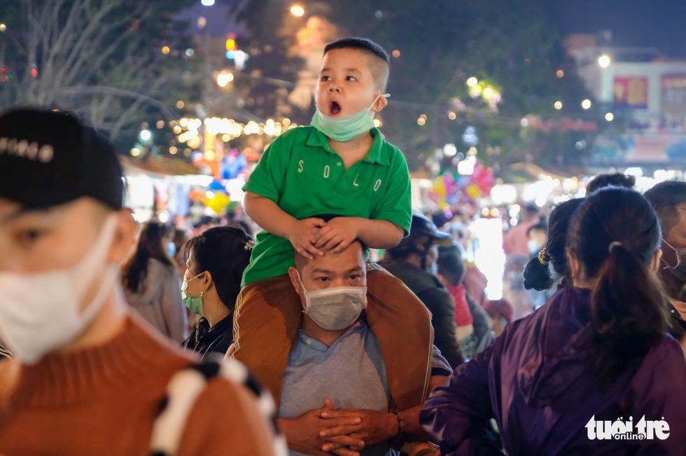 Thác người đổ về chợ đêm Đà Lạt, du khách hốt hoảng - Ảnh 2.