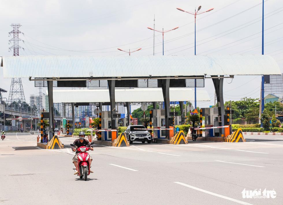 Ngã tư, đèn đỏ tại Sài Gòn thảnh thơi ngày 1-5-2021 - Ảnh 4.
