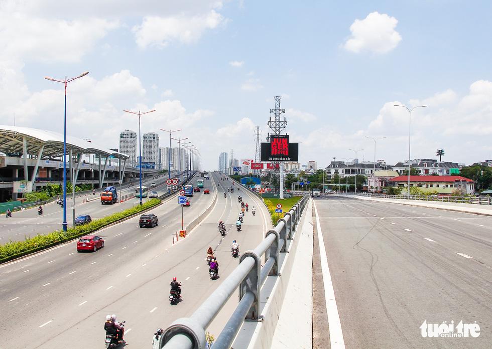 Ngã tư, đèn đỏ tại Sài Gòn thảnh thơi ngày 1-5-2021 - Ảnh 2.