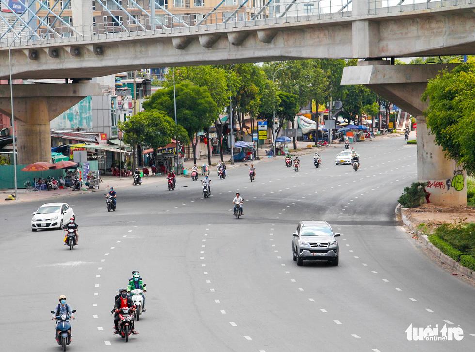 Ngã tư, đèn đỏ tại Sài Gòn thảnh thơi ngày 1-5-2021 - Ảnh 5.