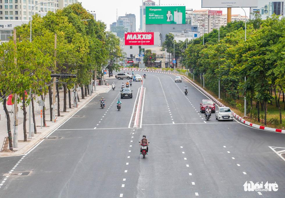 Ngã tư, đèn đỏ tại Sài Gòn thảnh thơi ngày 1-5-2021 - Ảnh 3.