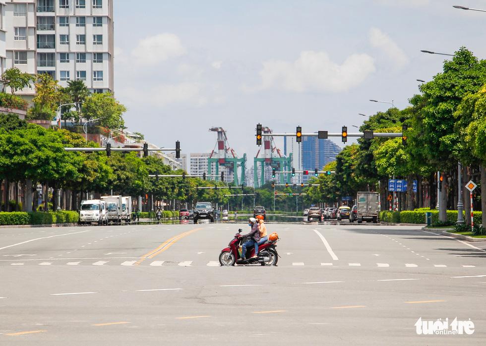 Ngã tư, đèn đỏ tại Sài Gòn thảnh thơi ngày 1-5-2021 - Ảnh 1.