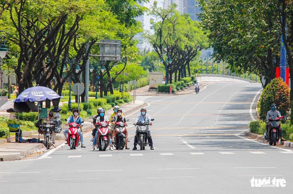 Ngã tư, đèn đỏ tại Sài Gòn thảnh thơi ngày 1-5-2021 - Ảnh 8.
