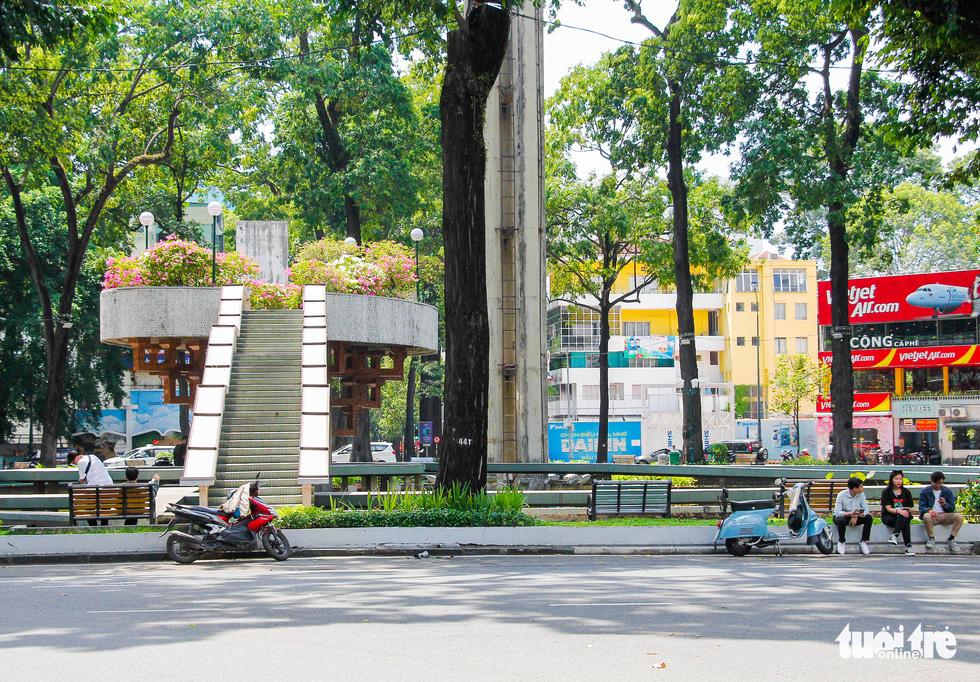 Ngã tư, đèn đỏ tại Sài Gòn thảnh thơi ngày 1-5-2021 - Ảnh 9.