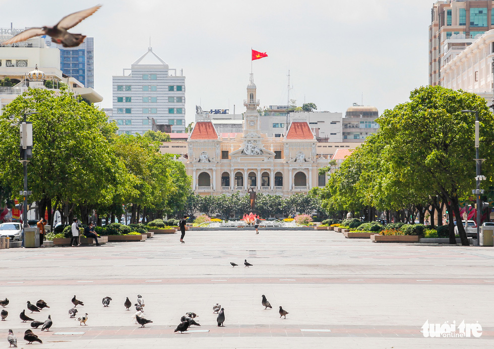 Ngã tư, đèn đỏ tại Sài Gòn thảnh thơi ngày 1-5-2021 - Ảnh 11.