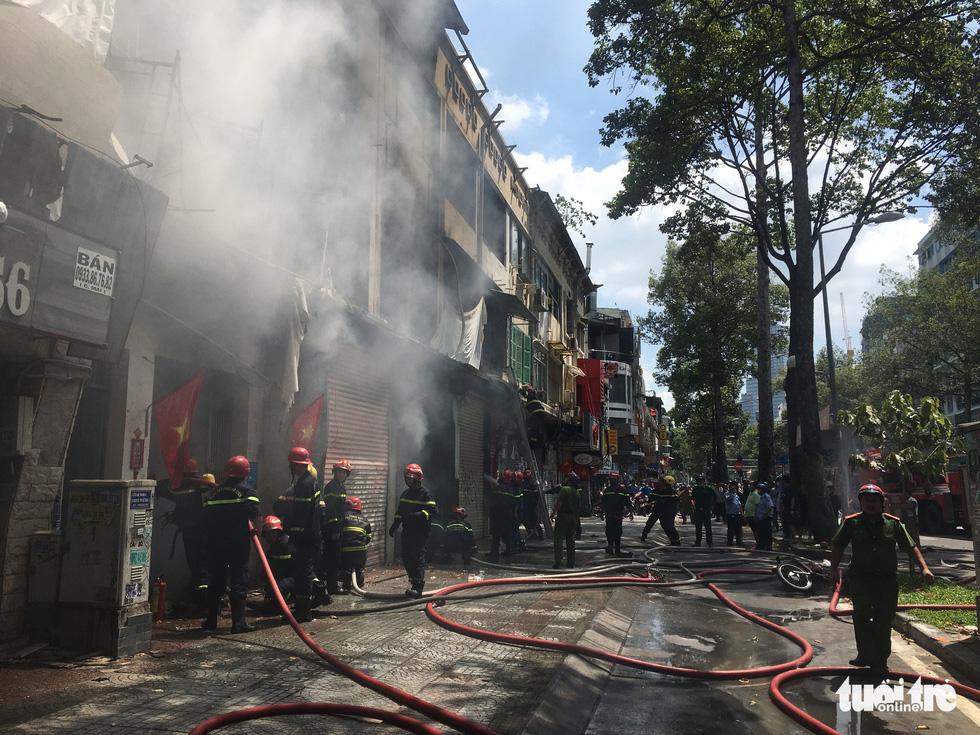 Cháy dãy nhà đang sửa chữa ở trung tâm quận 1, nhiều tài sản bị thiêu rụi - Ảnh 5.