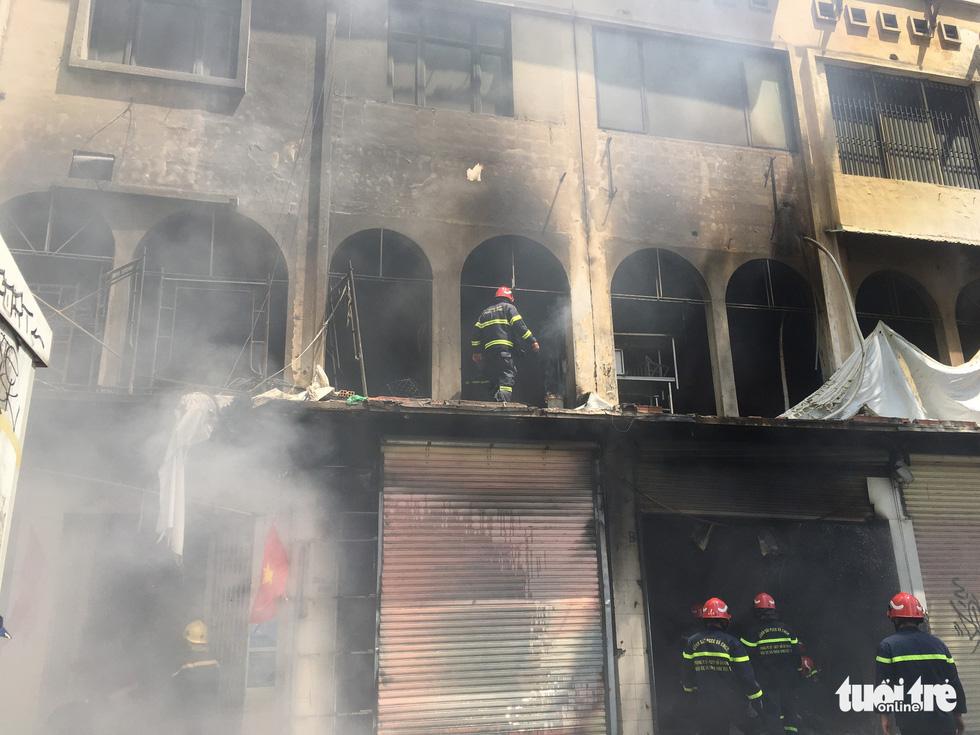 Cháy dãy nhà đang sửa chữa ở trung tâm quận 1, nhiều tài sản bị thiêu rụi - Ảnh 6.