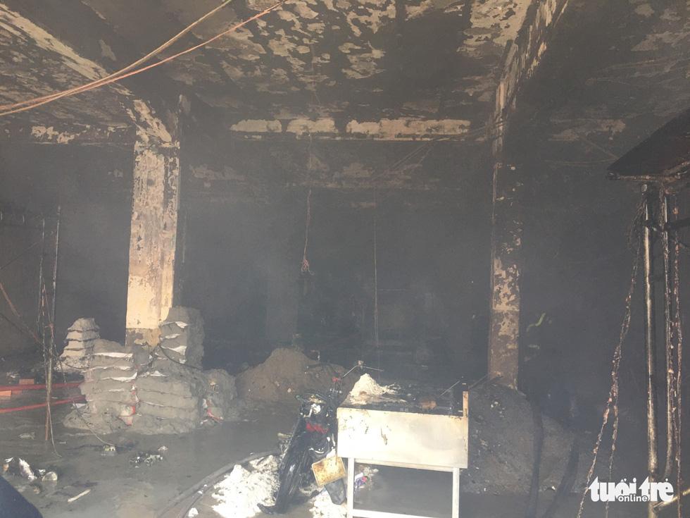 Cháy dãy nhà đang sửa chữa ở trung tâm quận 1, nhiều tài sản bị thiêu rụi - Ảnh 8.