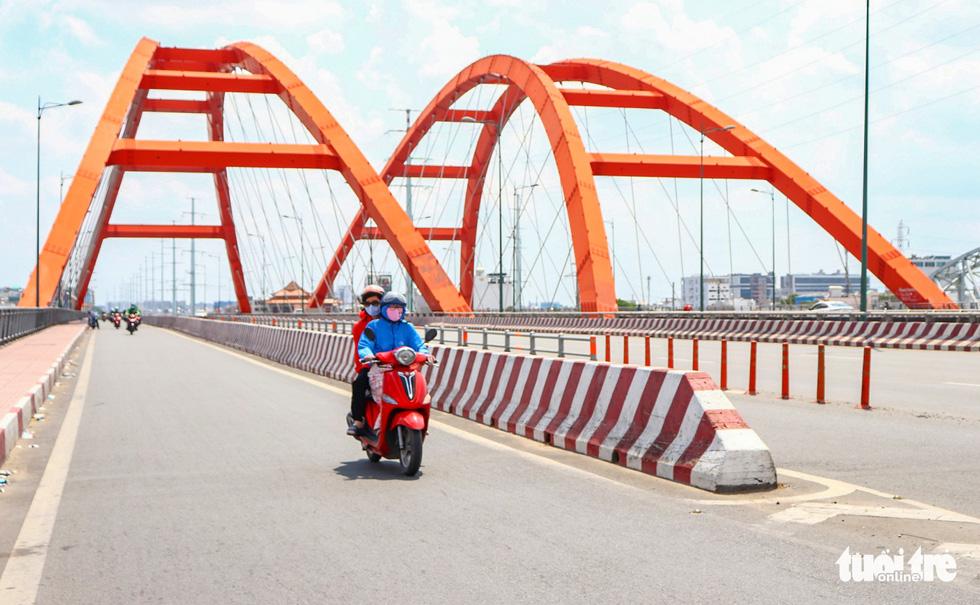 Ngã tư, đèn đỏ tại Sài Gòn thảnh thơi ngày 1-5-2021 - Ảnh 7.