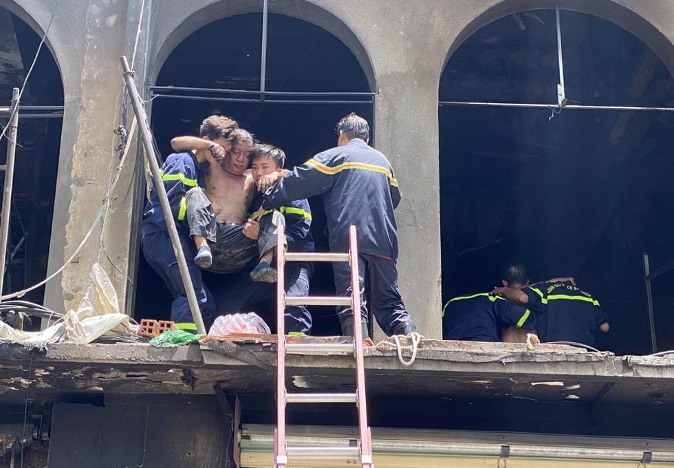 Cháy dãy nhà đang sửa chữa ở trung tâm quận 1, nhiều tài sản bị thiêu rụi - Ảnh 2.