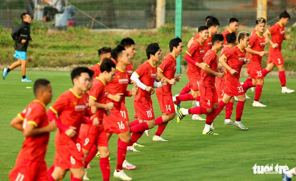 Xem tuyển Việt Nam tập luyện dưới mưa, Công Phượng được chỉ bài riêng - Ảnh 1.