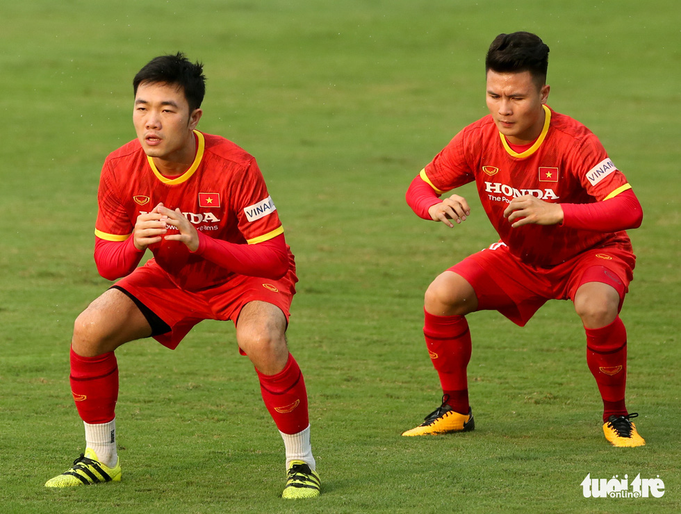 Xem tuyển Việt Nam tập luyện dưới mưa, Công Phượng được chỉ bài riêng - Ảnh 2.