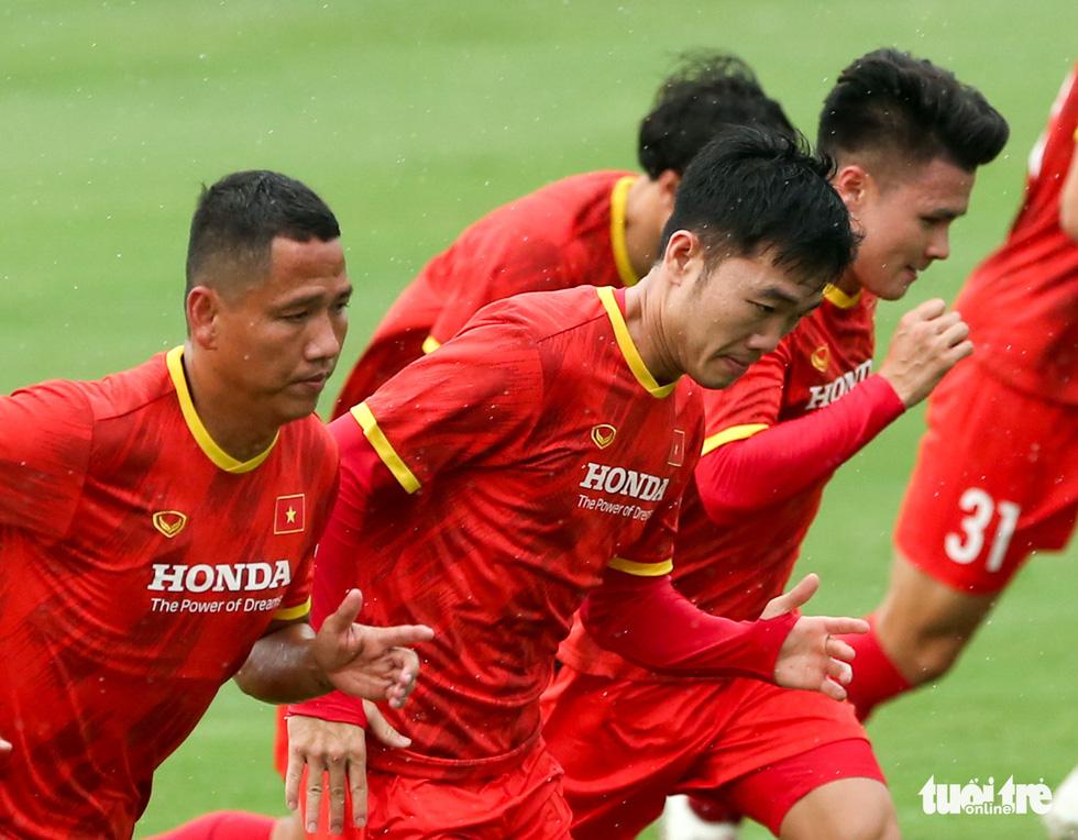 Xem tuyển Việt Nam tập luyện dưới mưa, Công Phượng được chỉ bài riêng - Ảnh 3.