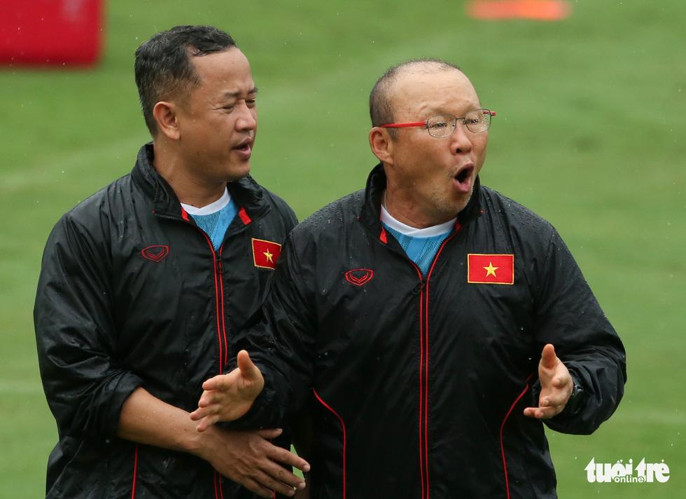 Xem tuyển Việt Nam tập luyện dưới mưa, Công Phượng được chỉ bài riêng - Ảnh 5.