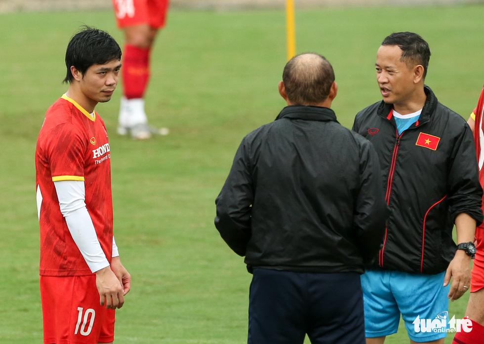 Xem tuyển Việt Nam tập luyện dưới mưa, Công Phượng được chỉ bài riêng - Ảnh 6.