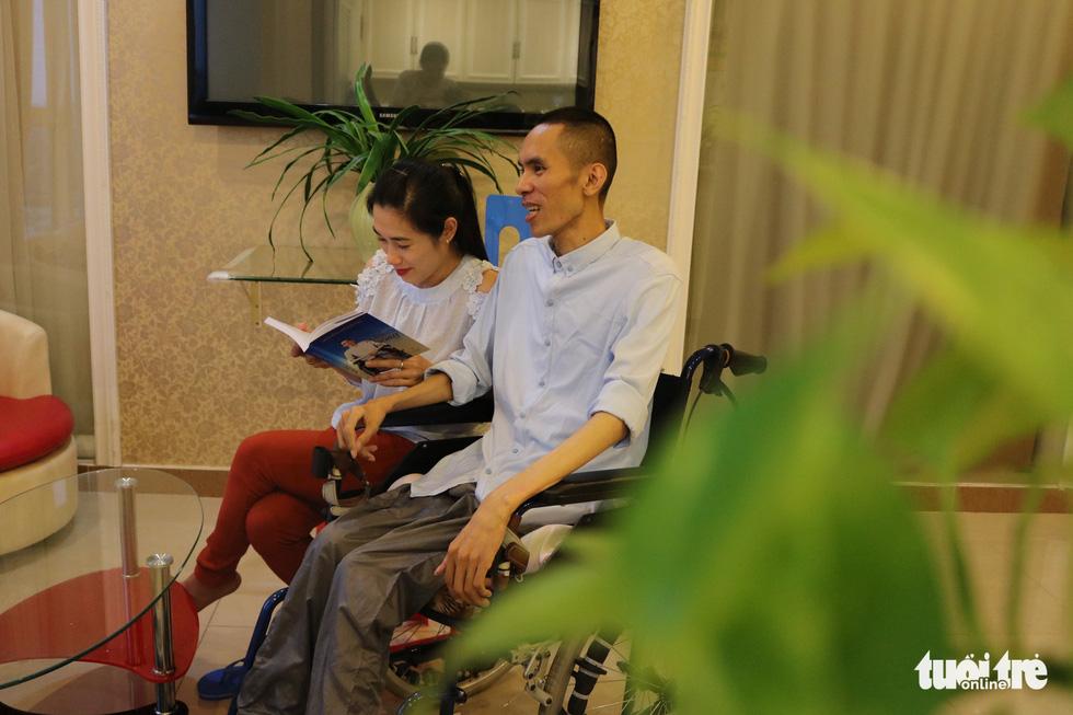 Vượt nghịch cảnh, anh chàng ngồi xe lăn viết sách, tìm được tình yêu 360 nghìn - Ảnh 6.