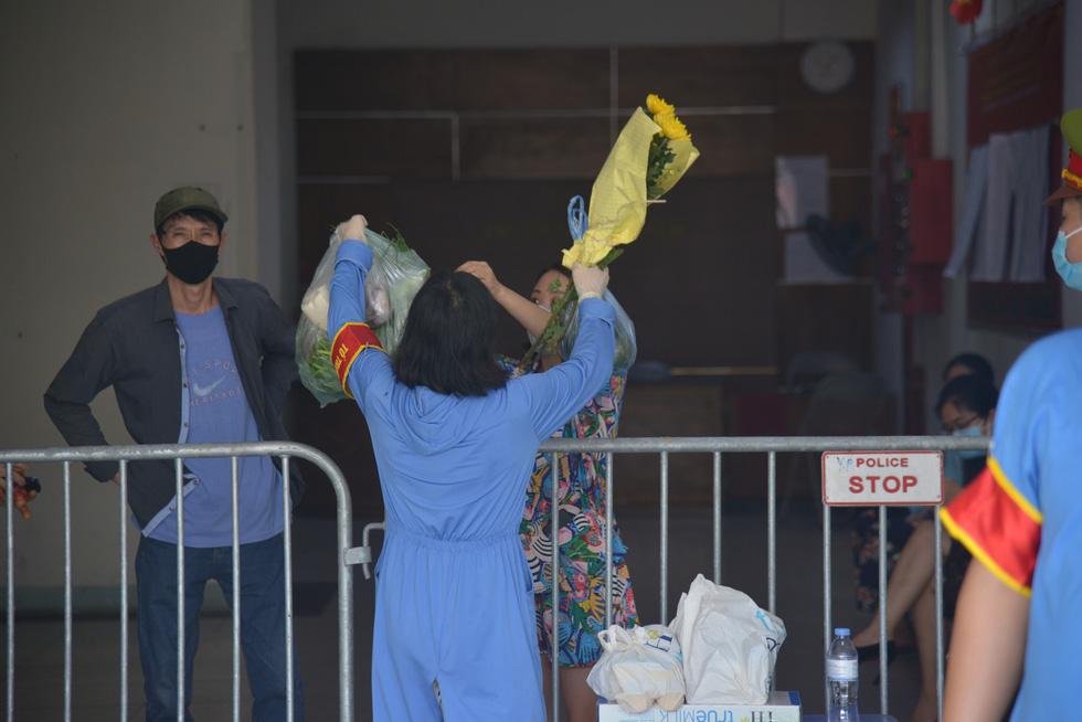 Hà Nội phong tỏa chung cư hơn 1.500 dân liên quan ca nhiễm COVID-19 mới - Ảnh 5.