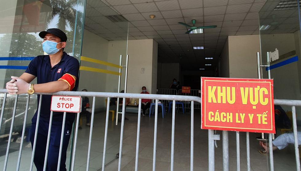Hà Nội phong tỏa chung cư hơn 1.500 dân liên quan ca nhiễm COVID-19 mới - Ảnh 2.