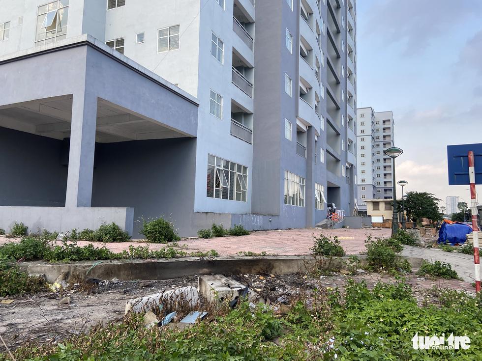Chung cư tái định cư Hà Nội xây xong bỏ hoang nhiều năm - Ảnh 1.