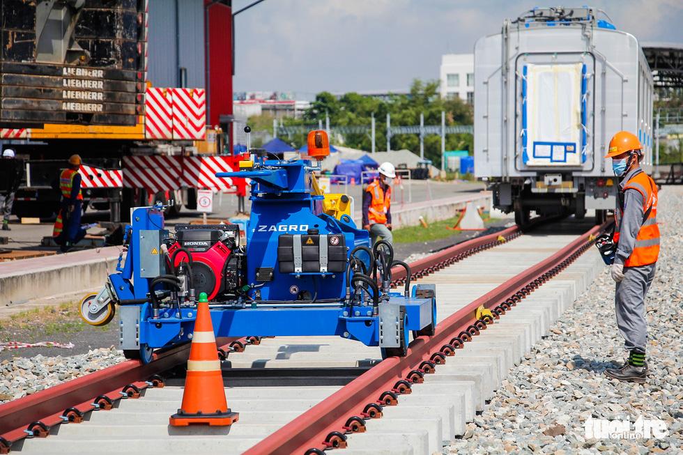 Thêm 3 toa tàu metro số 1 về depot Long Bình để chuẩn bị chạy thử nghiệm - Ảnh 4.
