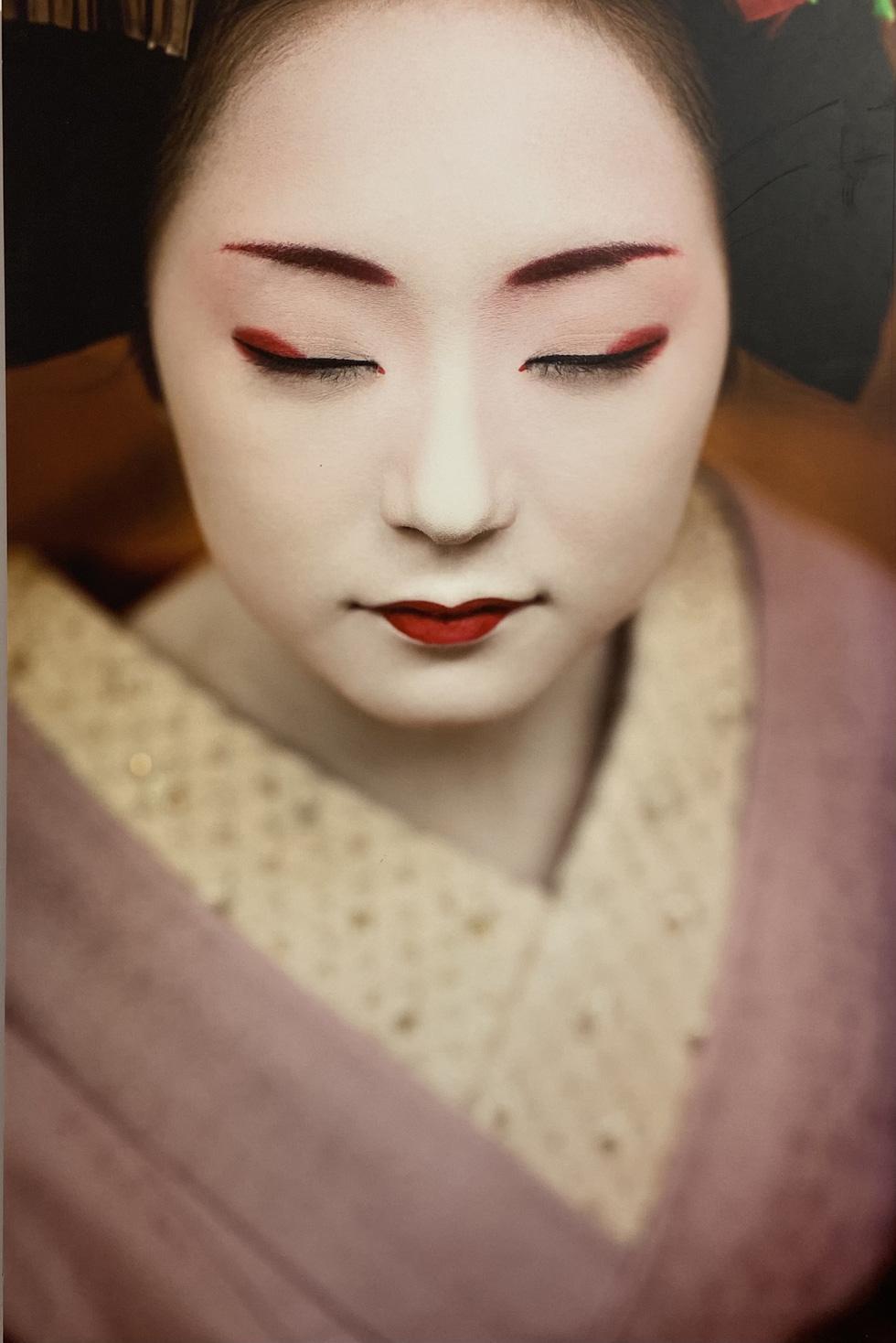 Khoảnh khắc bí ẩn các Maiko Nhật Bản qua khung hình đẹp hút hồn của nhiếp ảnh gia Pháp - Ảnh 5.