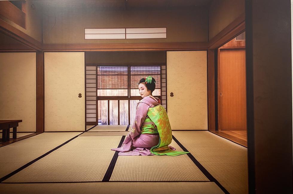 Khoảnh khắc bí ẩn các Maiko Nhật Bản qua khung hình đẹp hút hồn của nhiếp ảnh gia Pháp - Ảnh 7.