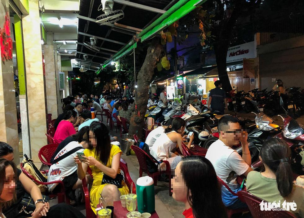 TP.HCM: Hàng quán đông đúc bất chấp lệnh cấm tụ tập đông người - Ảnh 1.