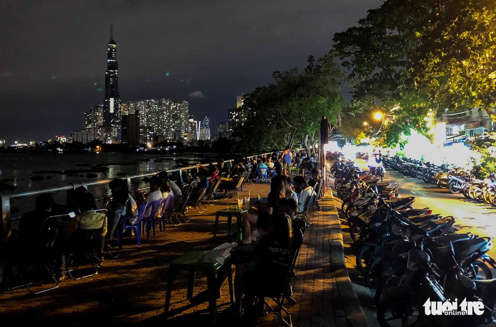 TP.HCM: Hàng quán đông đúc bất chấp lệnh cấm tụ tập đông người - Ảnh 4.