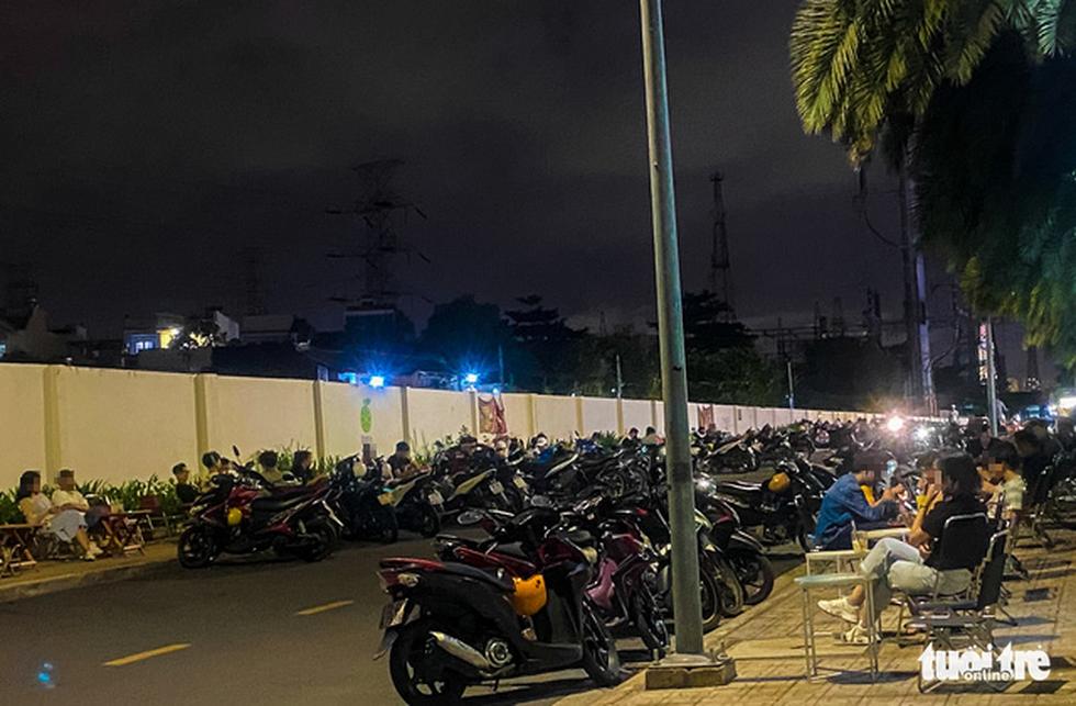 TP.HCM: Hàng quán đông đúc bất chấp lệnh cấm tụ tập đông người - Ảnh 10.