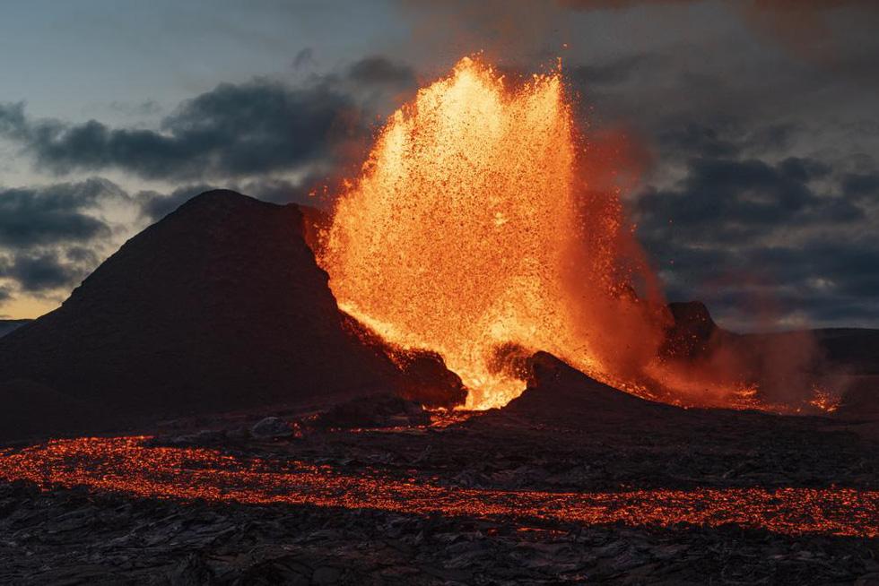 Ảnh núi lửa thức giấc sau 6.000 năm, phun dung nham đỏ rực - Ảnh 2.