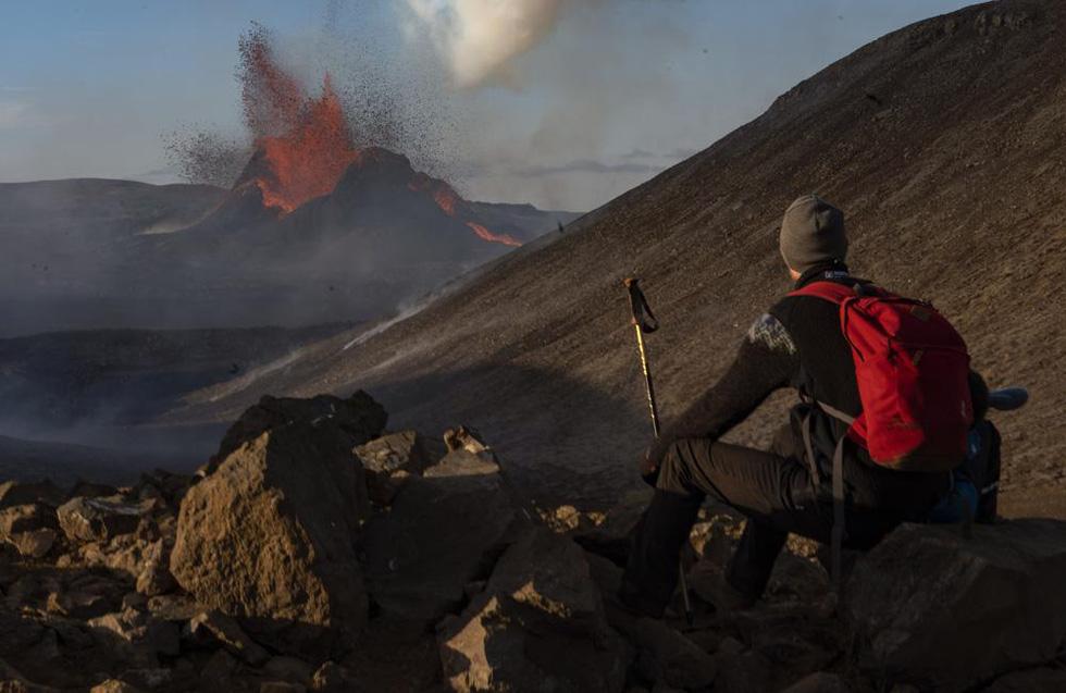 Ảnh núi lửa thức giấc sau 6.000 năm, phun dung nham đỏ rực - Ảnh 3.
