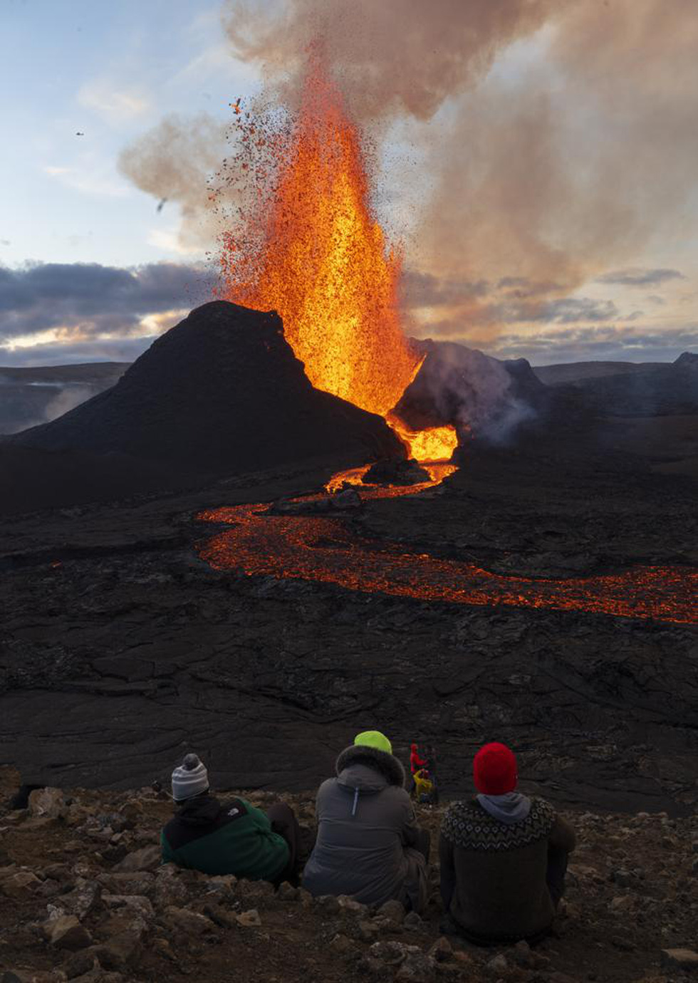 Ảnh núi lửa thức giấc sau 6.000 năm, phun dung nham đỏ rực - Ảnh 4.