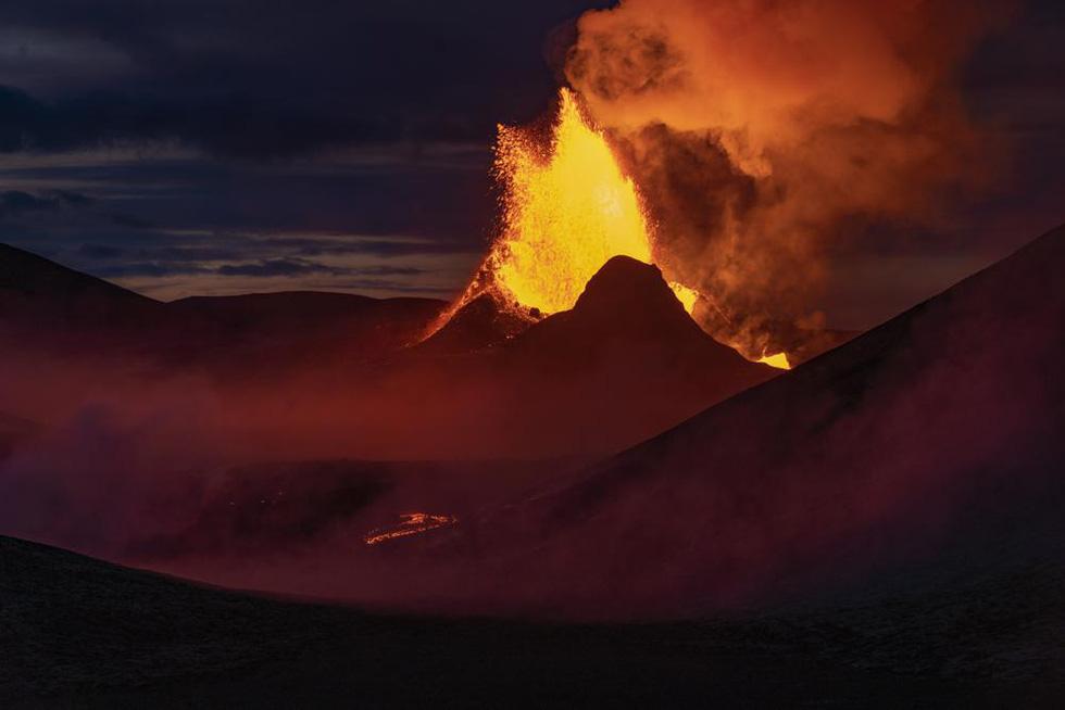 Ảnh núi lửa thức giấc sau 6.000 năm, phun dung nham đỏ rực - Ảnh 5.