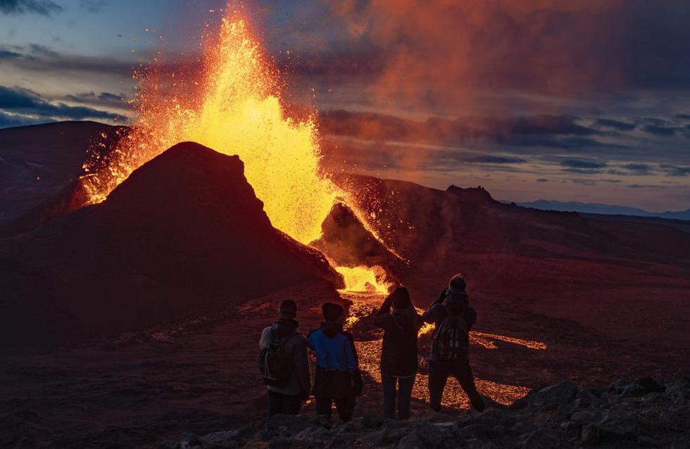 Ảnh núi lửa thức giấc sau 6.000 năm, phun dung nham đỏ rực - Ảnh 6.