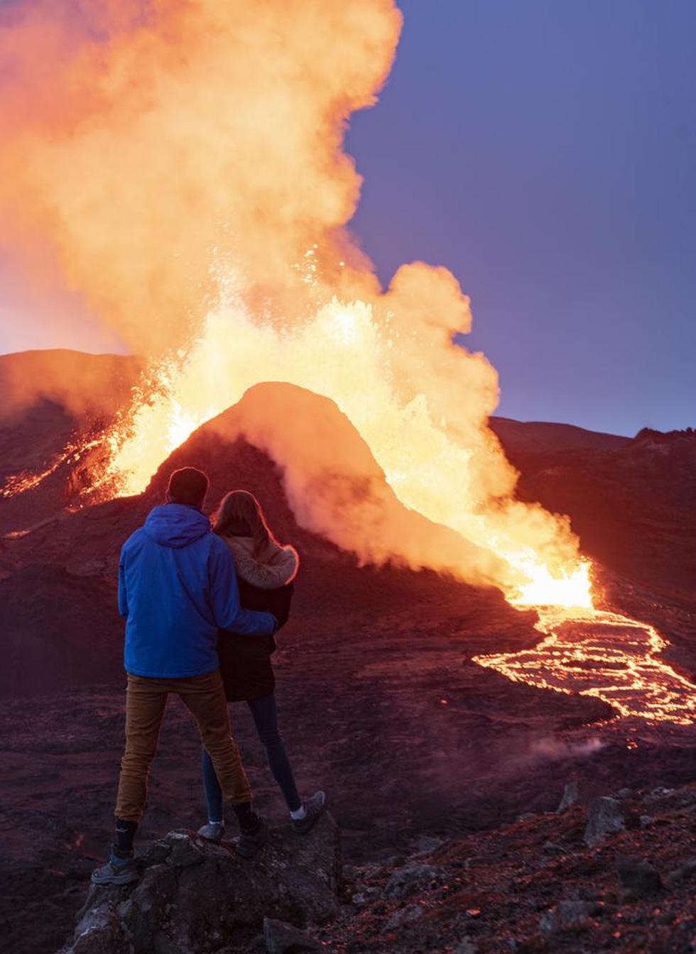 Ảnh núi lửa thức giấc sau 6.000 năm, phun dung nham đỏ rực - Ảnh 7.