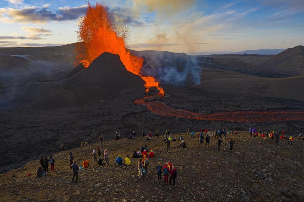 Ảnh núi lửa thức giấc sau 6.000 năm, phun dung nham đỏ rực - Ảnh 1.